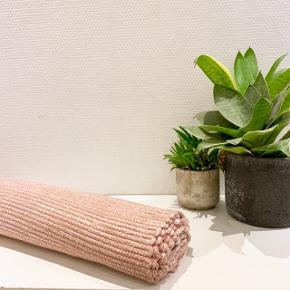 Super fint gulvtæppe i rosa / laksefarvet 🌸 Kan bruges i alle rum, men oplagt til entréen eller køkkenet 🌟 Kan afhentes på Amagerbro, og betaling skal gerne ske gennem Mobile Pay 📱