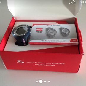 SIGMA PC 22.13 pulsur m/kalorietæller og tidsviser + heart rate monitor (pulsbælte). Model Woman. Sættet er helt nyt, aldrig brugt og dermed heller ikke aktiveret. Stadig i original æske.  OBS!!! Ingen skridttæller.
