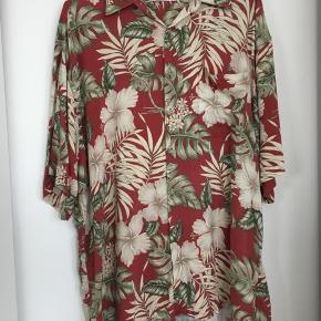 Behagelig luksus vintage sommerskjorte i let og blødt materiale!  👀Slitage ved højre ærme - intet man lægger mærke til i hawai-mønstret, men skal nævnes