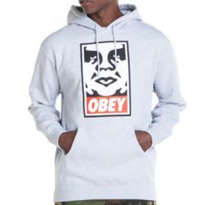 Super fed hoodie fra Obey. Unisex - så passer både piger og drenge. Brugt et par gange, men har ligget i skabet de sidste år. Sælges billigt 😊