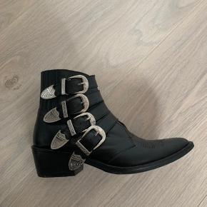 Toga Pulla støvler i rigtig flot stand. Brugt meget lidt, dog er hælen stadig blevet fikset af professionel.  Spørg gerne for flere billeder!  Str. 36  Np: 2700,-   Alt medfølger.
