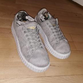 Sælger disse sneakers, da jeg ikke får dem brugt. De er brugt, men ikke slidte - har jeg forsøgt at vise på billederne også. De er købt på designer outlet, men mærket er ukendt 😊 byd endelig
