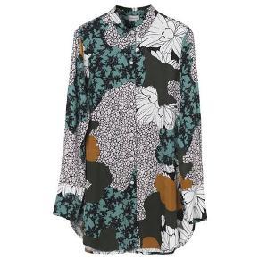 Lækker skjorte, kun brugt en enkelt gang. Den er blød som silke at have på.    Modellen hedder: cologne   Prisen er 500kr., da den fremstår helt som ny.   Kan hentes i Helsingør eller sendes.