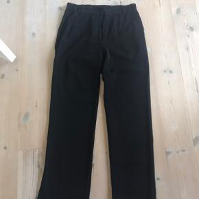 Virkelig flotte Envii bukser, brugt 1 gang. Sidder super flot og har elastik i taljen/bagpå + lidt i siderne, så modellen sidder flot på mange kropstyper.  Str. M og sælges udelukkende fordi jeg ikke har fået dem brugt.  Pris: 150