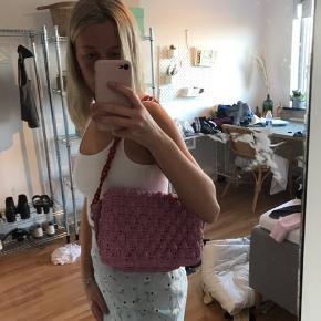 Sød strikket taske med rød rem🌸