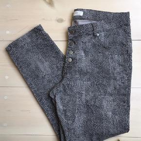 Bløde jeans med slangsskinds print. 98% bomuld 2% elastan  Kig forbi mine annoncer 😊 Altid stor mængderabat