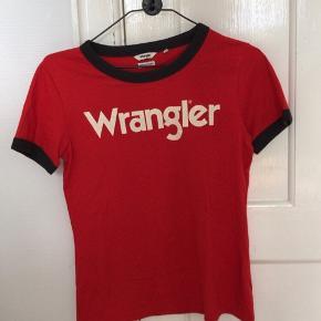 Rød T-shirt fra Wrangler  Næsten ikke brugt og er helt som ny.  Lille i størrelsen Byd Sender med dao eller kan hentes på Nørrebro