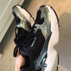 Lækre at gå i, ser ud som nye og kun gået med få gange. Sælges udelukkende da de bare står i skabet og fortjener ny ejer :)  #adidasfalcon #adidas #sneakers #nike #shoe #summer