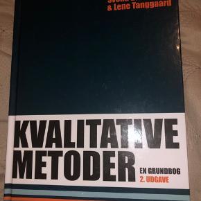 Kvalitative metoder - en grundbog af Svend Brinkmann og Lene Tanggaard. 2. udgave. Bogen er brugt i et semester. Der er én side med en understreget sætning i bogen og to sider med bogstaver - se billederne! Ellers i rigtig fin stand uden overstregninger.