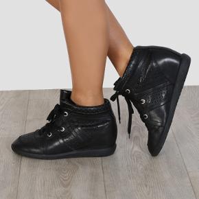 Fineste og alt anvendelige Isabel Marant Bobby sko i læder. I rigtig fin stand - men almindelige brugsspor må forventes. Størrelse 37 og størrelsesvarende. Æske medfølger ved køb.