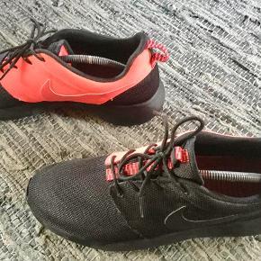 Nike Roshe i sort og orange. Sneakers / trainers : Roshe Farve: Sort og orange Oprindelig købspris: 950 kr. Sender gerne på købers regning : DAO 39,-