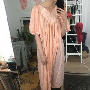 Virkelig smuk vintagekjole i rosa  Købt i Berlin  Sælges ved rette bud