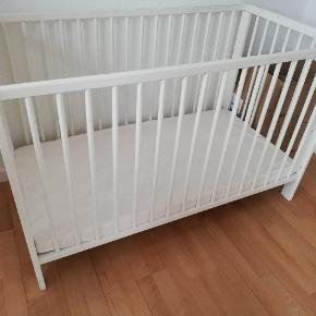 Baby cot ca. 66x123 cm. Available with mattress and two covers. Can be adjusted to two heights. Used but fine.