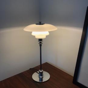 Klassisk og flot PH 2/1 Bordlampe  Købt 19-5-2017 Original kasse medfølger   Nypris idag 2019 4.795,00.  Rigtig god stand. Minimale ridser på foden. Se fotos.