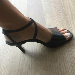 Sort skind sandal fra Gabor, næsten som ny.