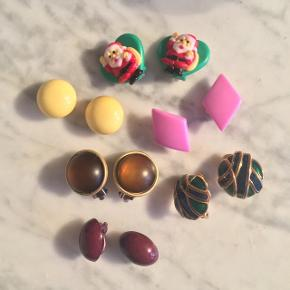 Vintage klipsøreringe. De er lavet af plastik bortset fra det grønne par nederst til højre, der er lavet af metal. Sælges for 20 kr. pr. stk. eller 100 kr. samlet.