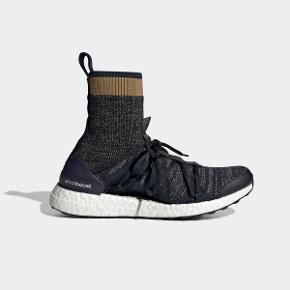 Sneakers fra Adidas by Stella McCartney, modellen hedder Ultra boost x mid. Skoen er en str. 39 1/3, de er små i størrelsen og svarer til en str.38 (indvendig mål er 24.5)  De er brugt en halv dag på job, jeg sidder på kontor og derfor er standen pæn.  Respekter venligst at jeg ikke bytter og køber betaler porto samt gebyr ved tspay (både sælger og købers gebyr).  Nypris 1999,- MP 900,-