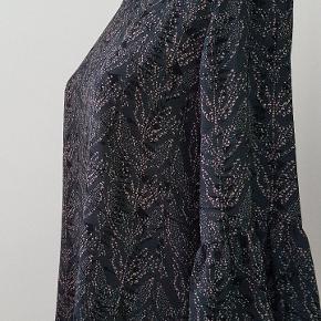 Stella Nova 🌟   Sød bluse med 3/4 ærmer.   Passer op til en 38. Lille knaplukning med slids øverst i ryggen. Farven er nok en anelse mere blå i det end på foto.  Aldrig brugt blot prøvet på. Perfekt stand!