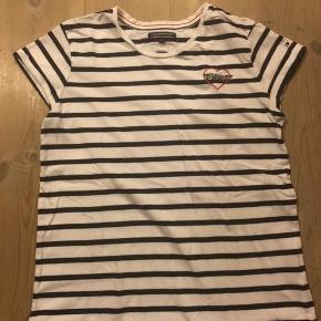 Hvid/blå stribet t-shirt fra TH.  Brugt 1 gang så er som ny