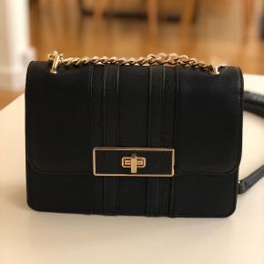 Colour: Black & gold Pockets inside: 3 (1 with zipper) Measurements: approx. 23 x 16 x 6 cm