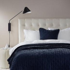 Det er virkeligt det bedste og blødeste sengetæppe det her! Smukkeste sengetæppe fra Ellos, model Greta af vasket velour, 260 x 260 cm, farven er dyb dyb mørkeblå Nypris 2499,-  Vi har kun haft det i et par måneder, men vi har haft det lagt sammen og kun brugt det en håndfuld gange, fordi vi ikke fik det taget det i brug i hverdagen.   Beskrivelse fra Ellos' hjemmeside: Sengetæppe med forside af vasket velour med quiltet mønster i form af korssting og let glans. Bagside af bomuld. Str. 260x260 cm.  Fyld: 100% Polyester Betræk: 27% Polyamid, 73% Viskose Skånevask 30°  Hentes på Islands Brygge 🌷