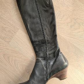 Lækre lange støvler. Brugt meget få gange og derfor næsten som nye.