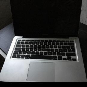 """Har nogle skræmmer, men mest under bunden, pæn på overfladen og ved skærmen, oplader følger med. Virker ikke, men en tekniker eller """"computernørd"""" ville kunne få den til at virke.  Når den tændes kommer æbler frem, men det er så langt den når."""