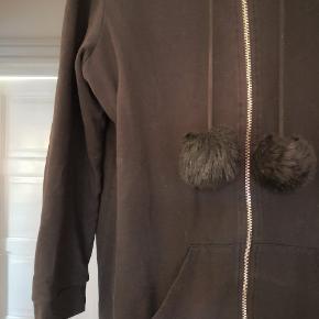 Fed cardigan med pomponer. Passer en str. XS-M afhængig hvor løs du ønsker bluse skal sidde da den er oversize.