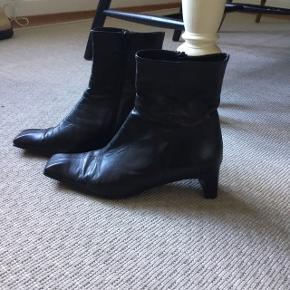 Sorte korte skindstøvler fra BDK. Lidt på snuderne (billede tre )Str 37. Hæl 5 cm