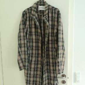 HAN Kjøbenhavn thin jacket w. pockets. Aldrig brugt men mangler en knap. Lang i fittet og med lommer. Rigtig fed at bygge layers med.