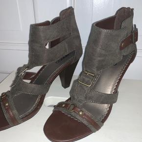 Heels, Næsten som ny. Sundbyerne - Rigtig fed sandal købt i New York. Passer en str 40. Næsten ikke brugt. Sender ikke. Skal afhentes på Amager eller evt ved Værnedamsvej på Frederiksberg.. Heels, Sundbyerne. Næsten som ny, Brugt og vasket et par gange men uden mærker eller skader