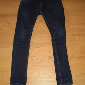 """Varetype: Jeans Størrelse: 31""""/32"""" Farve: Blå Oprindelig købspris: 800 kr. Prisen angivet er inklusiv forsendelse.  Model Liam, Skinny Fit  Enten er de aldrig brugt og ellers har de været på 1-2 gange. Er blevet glemt i skabet.  Str 31/32  Pris 300 inkl porto"""