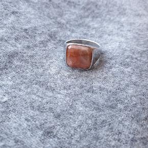 Northern Legacy ring med lyserød natur sten. Stenen er Rhodochrosite sten.  Str. US 7.  Stenen har fået et lille slag, så et lille bitte hjørne er faldet af i det ene hjørne, derfor sælges den billigt. Den er kun brugt omkring 10 gange.  Ny pris 500 kr.
