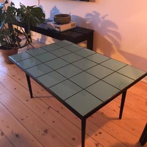 Hjemme bygget bord af keramiske kakler i farven havblå/turkis, vi havde nok sten til 2 borde og har derfor et i overskud. Bordet måler 60x90cm og er 45cm højt.