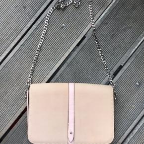 Super fin taske , brugt en gang , nypris 1900 kr . Kom med et bud 😊