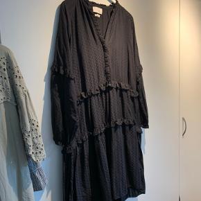 Fin Neo Noir kjole i bananfibre - brugt et par fange i sommers og har siden hængt i skabet. Den har god plads, da den er meget vid i modellen. Der følger en underkjole med. Nypris 700 kr. Jeg bytter ikke