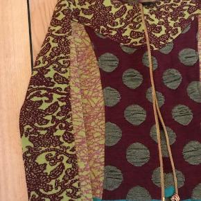 Nederdel og jakke. Kun brugt  1 gang. Nederdel: Grøn/lime,  Jakke: Bordeaux/lime.