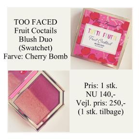 Brand: Too Faced Varetype: Blush duo Farve: Cherry Bomb  Kun swatchet - stadig i æske ☀️