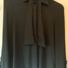 Britt Sisseck skjorte  Smuk model med flotte detaljer på ærme og ved kraven  Nypris DKK 2600 Brugt tre gange