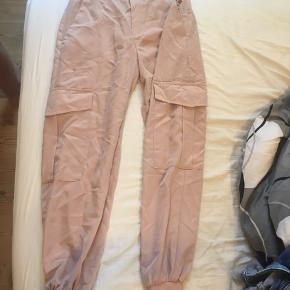 Fede lyserøde/rosa bukser fra Zara 🌸   Fra Zara og en str. XS - kan passes imellem str. 34-38.  OBS: jeg hverken bytter eller tager tøj retur igen.  Skriv gerne for mere information eller billeder!  Handler med DAO 🐚 Tager også imod seriøse bud. 🌟