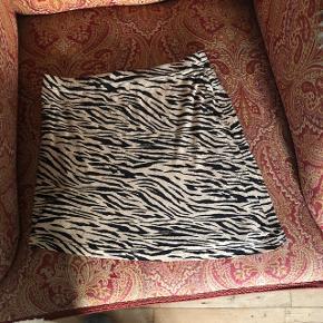 Fin lille nederdel i Tiger print 🐅  Sælges da jeg ikke længere kan passe den .   BYD ✨