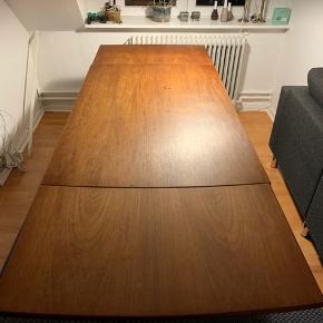 Teaktræs spisebord med udtræk. Kontakt mig for yderligere information.