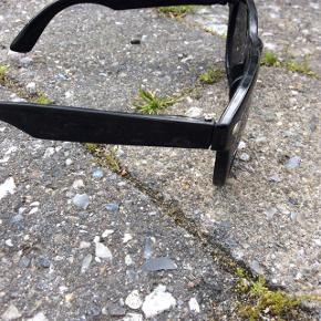 Fede, sorte solbriller med mørke glas.   Unisex-model.  Er robuste nok til, af de kan bruges over (læse)briller, så du kan bruge dem som solbriller med styrke.   Sælges for kun 60 kr. + evt. porto.  Kan afhentes på Frederiksberg.