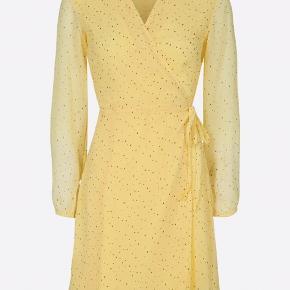 Spritny kjole - købt for 14 dage siden.  Fejlkøb, men har desværre smidt kvitteringen væk.  Nypris 400 kr. Sælges for 350k kr ⭐️