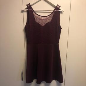 Bourdeux rød kjole med blonder og åben ryg OBS sælger samme kjole i sort! Begge str. 42  BYD