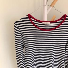 Langærmet bluse   Mærke: PIECES  Str. L  Farve: blå/hvid stribet med rød krave