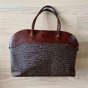"""Vintage Mulberry taske fra start '90. Varm brun kernelæder og voksbehandlet kanvas. Meget velholdt. Ingen pletter eller skader. Rummer en 13"""" PC.  Måler: b48 x 31 x d10 cm  Stropper måler 66 cm og hænger fint på skulderen."""