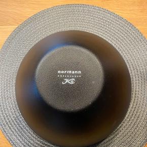 Hej! Jeg sælger denne fine store skål fra Normann Copenhagen. Skålen er Ø25 cm. Farven i skålen er hvid Den er brugt, og har sine brugsspor, som ses på billedet Jeg sælger den til 80 kr. Hvis du har nogle spørgsmål til den, så spørg løs!