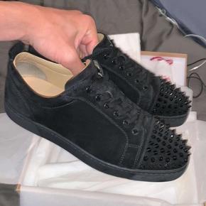 Sælger disse utrolige moderne og trendy sko fra modehuset Christian Louboutin.   Disse sko er købt i Paris sidste år i efteråret og var købt til 645 euro. Alt OG haves + kvittering. Condition: 8,5-9/10  Læg mærke til, at 2900 kroner er mindste prisen for skoene - bud under 2900 besvares ikke. Ellers er I velkommen til at smide en besked til mig, hvis I har nogle spørgsmål!