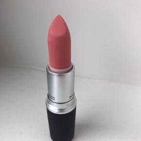 Læbestift fra MAC cosmetics. Powder kiss lipstick Rouge Á lévres. Nr. 313 Scattered Petals. Kun prøvet en enkelt gang. Sælges da farven ikke klæ'r mig